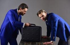 Люди в костюме или деловые партнеры с занятыми сторонами встречают Стоковые Фото