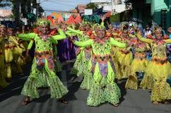 Люди в красочных костюмах кокоса участвовали в танцах улицы Стоковая Фотография