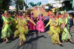 Люди в красочных костюмах кокоса участвовали в танцах улицы Стоковые Изображения