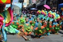Люди в красочных костюмах кокоса участвовали в танцах улицы Стоковое Изображение RF