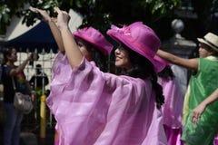 Люди в красочных костюмах кокоса участвовали в танцах улицы Стоковое Изображение