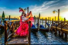 Люди в масках и костюмы на венецианской масленице Стоковые Изображения RF