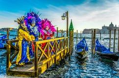 Люди в масках и костюмы на венецианской масленице Стоковое Изображение