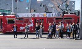 Люди в Мельбурне ждать для того чтобы пересечь улицу перед Federat стоковое изображение