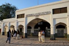 Люди в пакистанце одевают сбор под сводом колониального входа Синда Пакистана станции соединения Mirpurkhas Стоковая Фотография RF