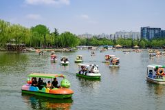 Люди в парке Парк Taoranting парк расположенный в Пекине, Китай крупного города Стоковая Фотография RF