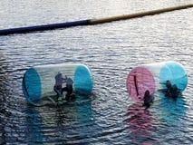 Люди в раздувных пластичных бутылках на реке Влтавы Стоковое фото RF