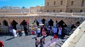 Люди в рынке птиц, Souq Waqif, Дохе, Катаре акции видеоматериалы