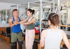 Люди в спортзале с современным оборудованием фитнеса Стоковое Изображение RF