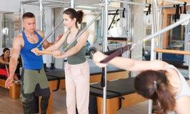 Люди в спортзале с современным оборудованием фитнеса Стоковые Изображения