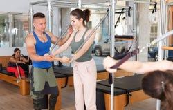 Люди в спортзале с современным оборудованием фитнеса Стоковая Фотография