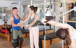 Люди в спортзале с современным оборудованием фитнеса Стоковые Изображения RF