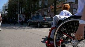 Люди в спортсменах кресло-коляск участвуя в марафоне движение медленное сток-видео