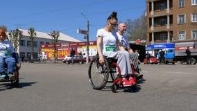 Люди в спортсменах кресло-коляск участвуя в марафоне движение медленное видеоматериал