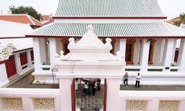 Люди в стиле крыши цвета древнего храма старом китайском Multi в виске Wat Bowon Niwet Wihan Ratchaworawihan Таиланда Стоковая Фотография RF