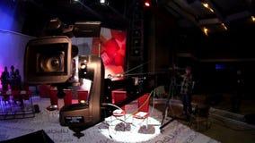 Люди в студии ТВ павильона Снимать телепередачу редакционо Камера двигает на кран телевидения сток-видео