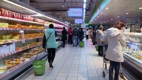Люди в супермаркете Полки с продуктами редакционо видеоматериал