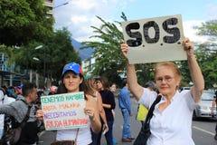 Люди в улицах как отчаяние и раж распространяют среди венесуэльцев стоковое фото