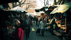 Люди в уличном рынке акции видеоматериалы