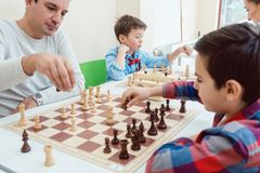 Люди в школе шахмат стоковое фото rf