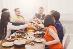 Люди говорят стекла clink приветственных восклицаний на праздничном официальныйе обед таблицы стоковые изображения rf
