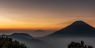 Люди гоня в вулкане Sundoro восхода солнца стоковое фото rf