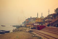 Люди горят ритуальные костры на церемонии кремации на Harishchandra Ghat на банке Ганга стоковое изображение rf