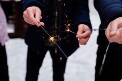 Люди горят света Бенгалии Предпосылка бенгальского огня Предпосылка праздника бенгальского огня рождества и Нового Года стоковое изображение rf