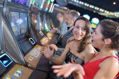 Люди группы играя шлиц и различные машины Стоковое фото RF