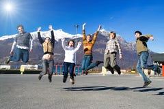 люди группы скача стоковое изображение