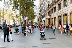 Люди гуляют ежедневно центром города улицы внутри Барселона стоковые фотографии rf