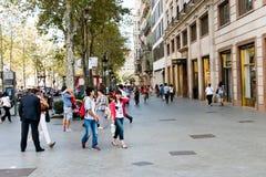 Люди гуляют ежедневно центром города улицы внутри Барселона стоковые изображения rf