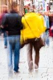 Люди гуляя в город Стоковая Фотография
