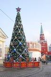 Люди гуляя в Москву Кремль Стоковые Фото