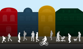 Люди гуляя через город Стоковое Фото