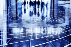 Люди гуляя через мол. Стоковое Изображение RF