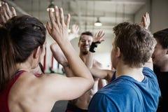 Люди давая максимум 5 друг к другу в спортзале Стоковая Фотография RF