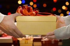 Люди давая настоящие моменты до одно другие в рождестве и Новом Годе Стоковые Изображения RF