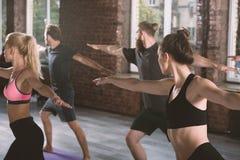 Люди делают протягивать на спортзале Стоковое Изображение RF