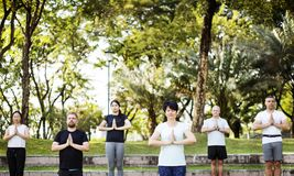 Люди делая йогу на парке Стоковое Фото