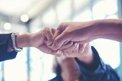 Люди делового партнера присоединяясь и рука стога совместно после контракта закончили встретить стоковое фото