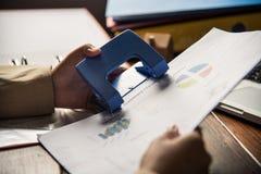 Люди держа бумажный пунш с для фаил документа Стоковые Фото