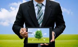 Люди держа окружающую среду и экологичность технологии таблетки экрана касания стоковые изображения rf