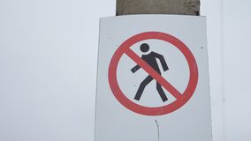 Люди дорожного знака никакой вход не могут идти проход ` s людей запрещенный пешеход опасно outdoors акции видеоматериалы