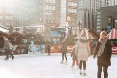 Люди едут на открытом катке на Alexanderplatz в Берлине стоковое изображение rf