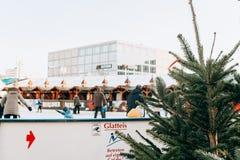 Люди едут на открытом катке на Alexanderplatz в Берлине стоковое изображение