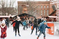 Люди едут на открытом катке на Alexanderplatz в Берлине стоковое фото rf