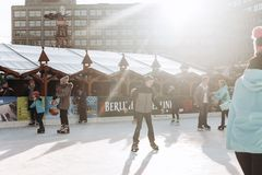 Люди едут на открытом катке на Alexanderplatz в Берлине стоковая фотография rf