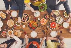 Люди едят здоровые еды на, который служат официальныйе обед таблицы Стоковое Изображение RF