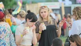 Люди едят фаст-фуд на под открытым небом фестивале видеоматериал